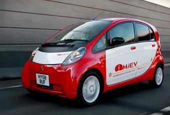 Mitsubishi I-Miev drivs enbart med elektricitet. Batteriet ger en maximal räckvidd om cirka 130 km vid blandad körning.