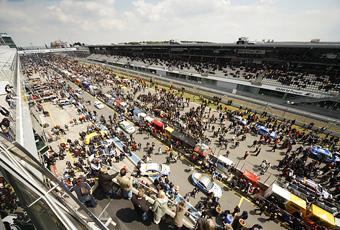 220 000 åskådare och en unik atmosfär. Nürburgring 24-timmars är en av de största motortävlingarna i Europa.