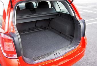 Kombimodellen av Astra har ett stort och lättlastad bagageutrymme.