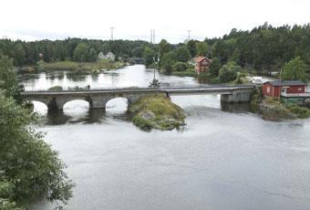 Den gamla bron på Riksväg 7 vid Köpmannenbro har ersatts av en ny längre västerut. Även den gamla bron är öppen för trafik.