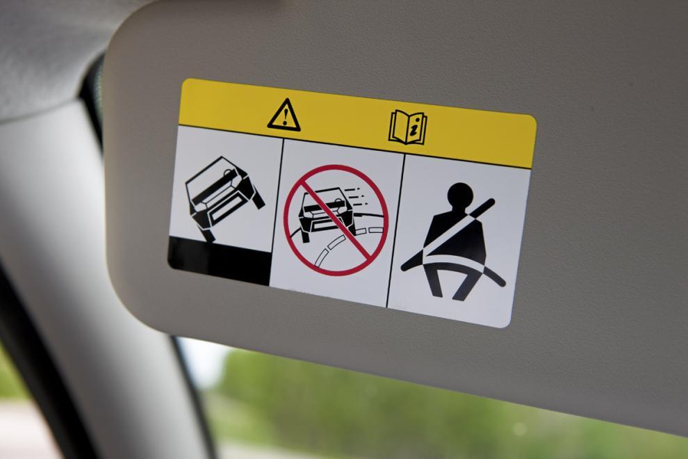 Varningen på solskyddet visar att Dacia Duster inte är särskilt stadig på hjulen. Den behöver ESP.