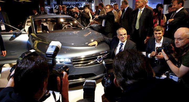 Volvos vd Stefan Jacoby, poserar stolt för fotograferna intill den nya lyxkonceptbilen You.