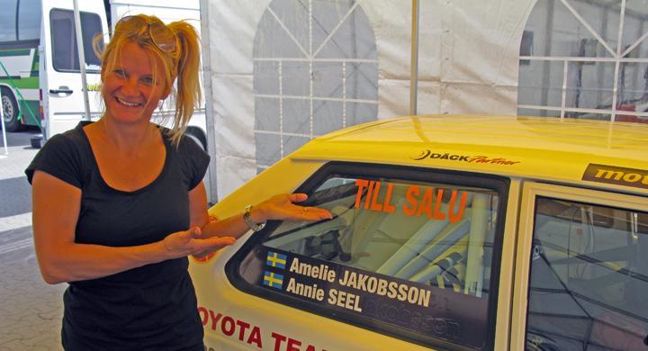 Annie Seel samlar mil i gammal bil