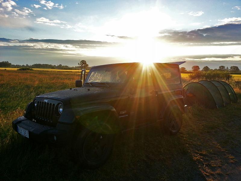 """""""Jeep Wrangler Sahara 2 dörrars 2012 årsmodel och tält. Vaknade på morgonen i tältet i Skåne med en härlig soluppgång. Skulle upp tidigt för att titta på fåglar."""""""
