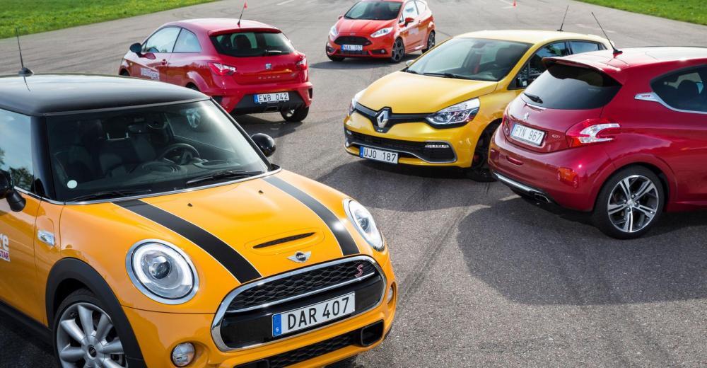 Fem GTI-bilar gör upp i konbanan.