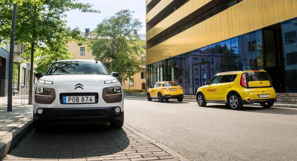 Designbilar och designarkitektur på samma bild. Testbilarna parkerade utanför Sven-Harrys konstmuseum i Stockholm.