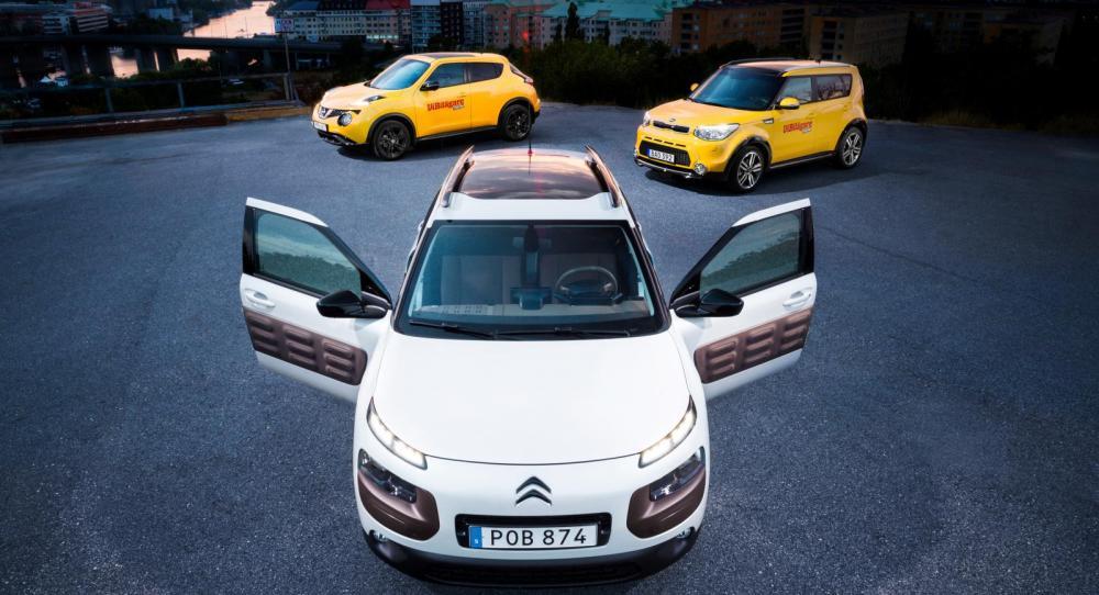 Mörka skyar och ljusa bilar. Längst fram Citroën Cactus. Bakom den  Kia Soul och Nissan Juke.