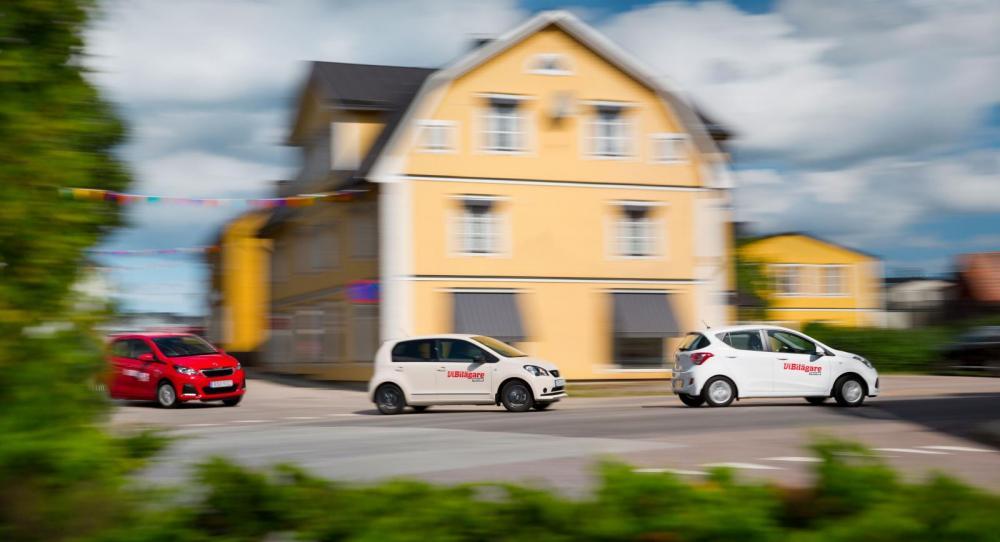 Småbilar i småstad. Testlaget tog en sväng förbi ett sensomrigt Östhammar.