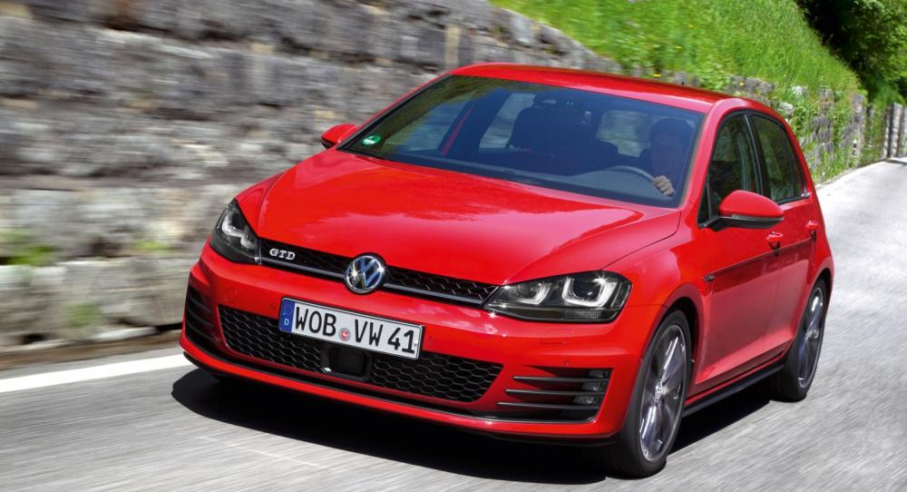 Volkswagen Golf har petat ned Volvo V70 från förstaplatsen när senaste nyregistreringarna nu sammanställts.