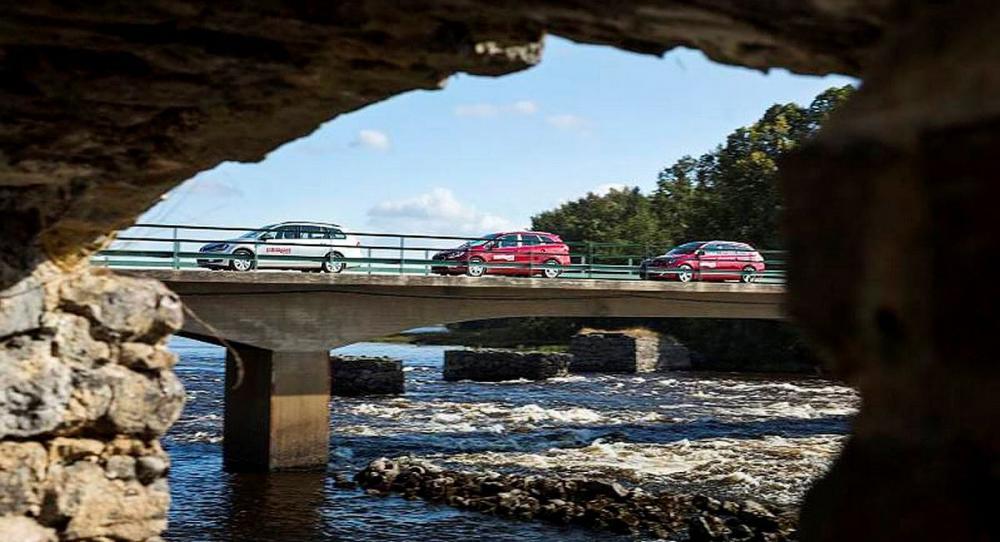 Dalälven och testlaget forsar fram genom bruksorten Gysinge, där vackra vägar och miljöer möts.