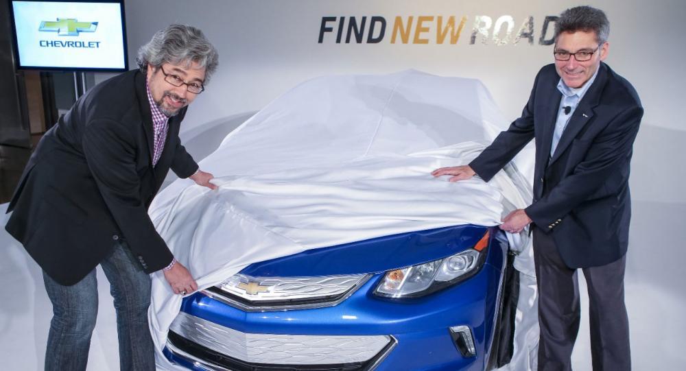 Chefsdesignern John Cafaro (vänster) för nya Volt och ansvarige ingenjören Andrew Farah (höger) visade bilens nos 19 november i Los Angeles.