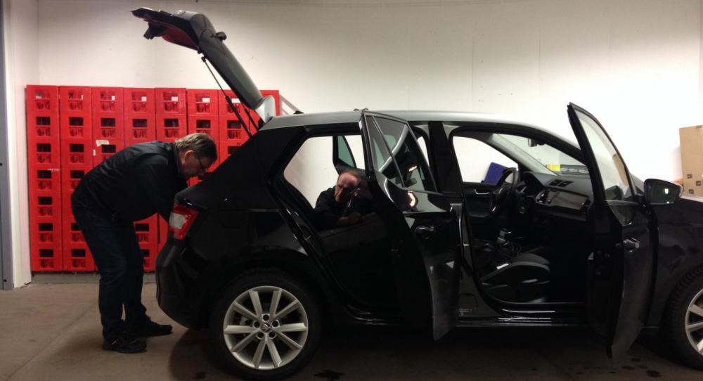Calle Carlquist får hjälp att mäta upp senaste testbilarna.