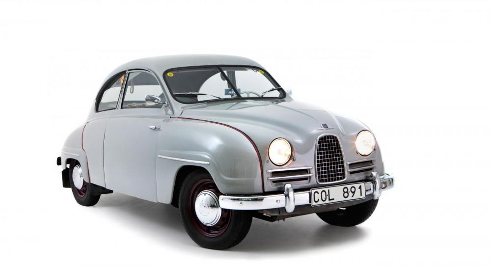 Fronten med den stående, stolta grillen skulle hänga i länge på Saab.