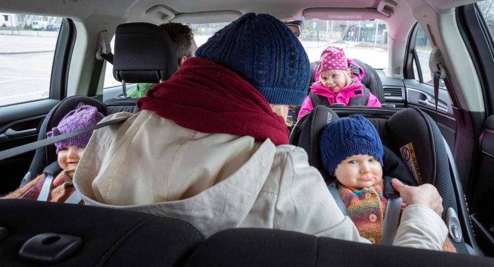 Mamma, pappa och tre små barn i samma bil. Det klarar bara två av våra långtestbilar.
