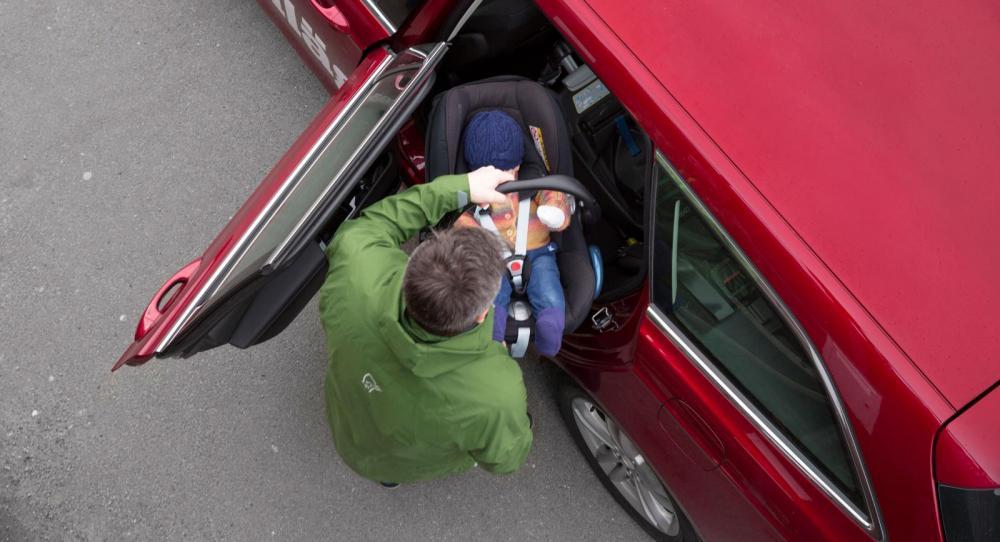Stora bakdörrar och rejäla öppningsvinklar ger plus i protokollet. Då går det smidigt att lasta in lilla Vera i sitt babyskydd.