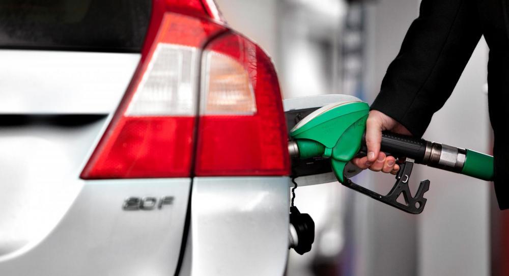 Etanolbilen ska tankas med bensin med jämna mellanrum.