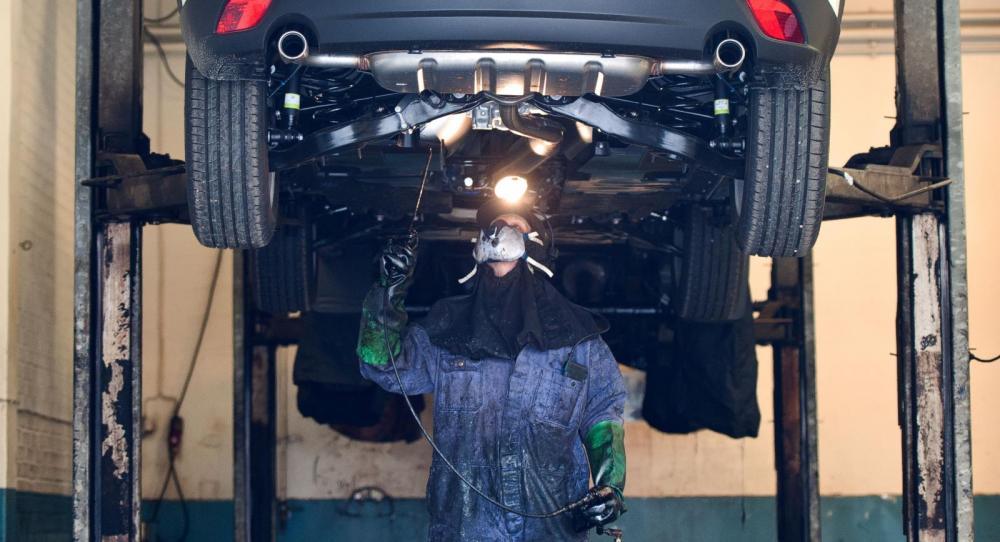 Rostskyddare Magnus Odner-Berglund rostskyddar en ny Mazda CX-5.