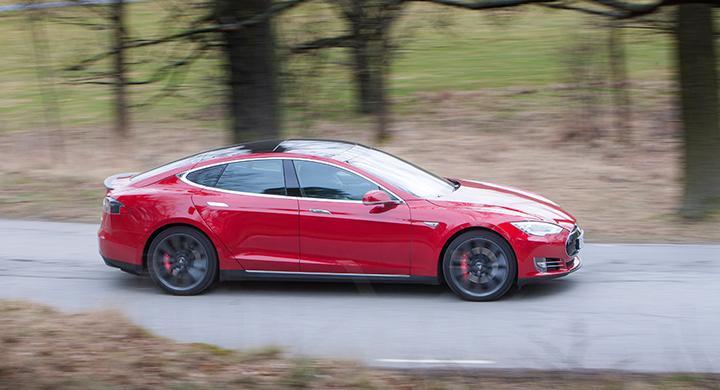 Slanka linjer och rymligare än utsidan ger sken av. Tesla Model S förenar form och funktion på ett bra sätt.