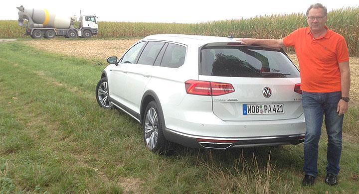 Bland skördefält utanför München testas Passat Alltracks vägegenskaper.