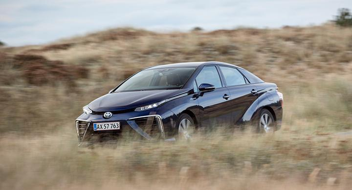 De stora luftintagen i fronten på Toyota Mirai tjänar sitt syfte. God kylning krävs för att hålla bränslecellstacken lagom sval.