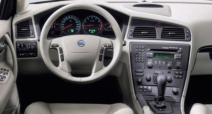 Radiopanelens knappar på frågeställarens Volvo V70 från 2006 lyser inte längre.