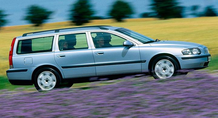 Frågeställarens Volvo V70 från 2004 började plötsligt ryka och lukta olja i kall väderlek.