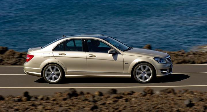 Frågeställaren, som kör korta sträckor med sin Mercedes C-klass, undrar varför serviceintervall inte baseras på enbart gångtimmar istället.