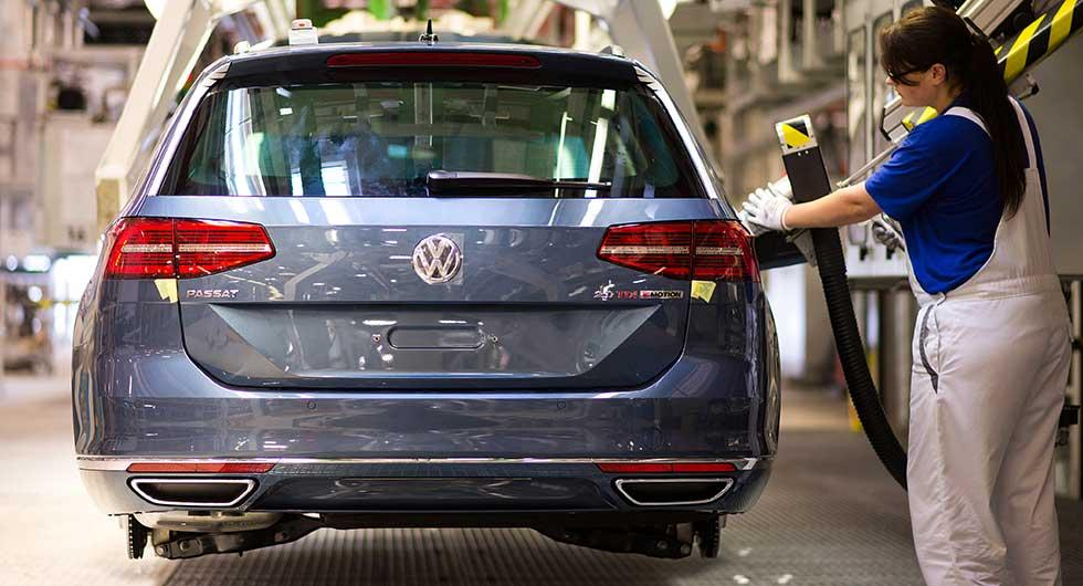 Kombivarianten av Passat vid produktionslinan i tyska Emden. Låg efterfrågan gör att Volkswagen måste pausa produktionen.
