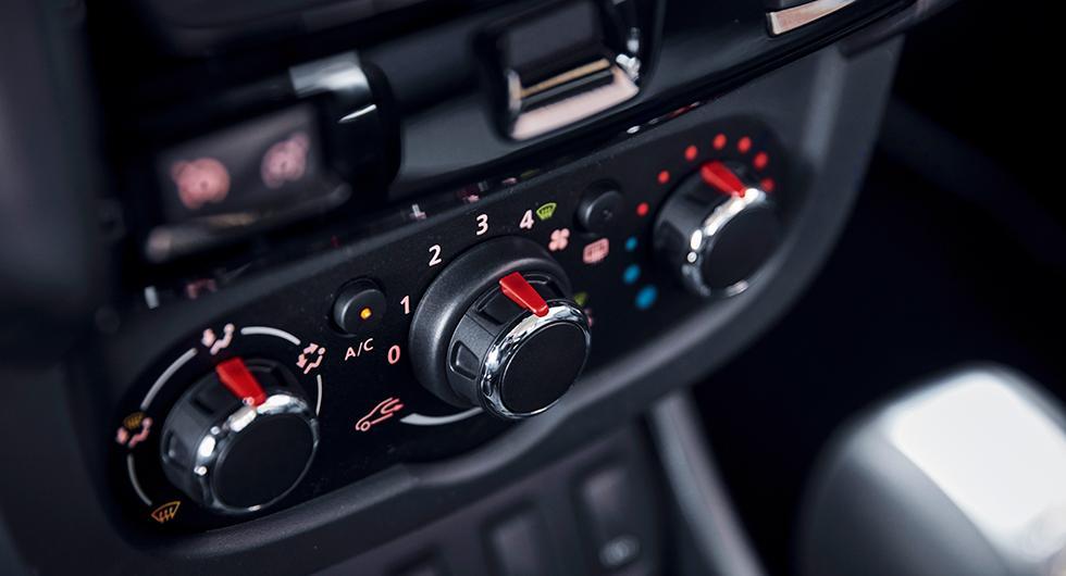 Luftkonditionering ingår i de bäst utrustade versionerna och manövreras manuellt.