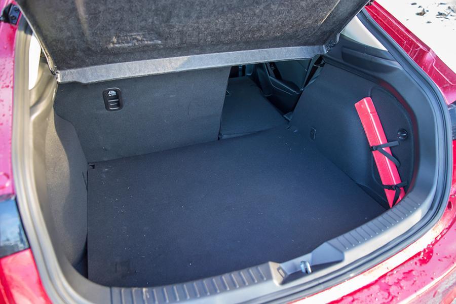 Stor på utsidan men utrymmet inuti är inget att skryta om. Lastmatten är av billig sort.