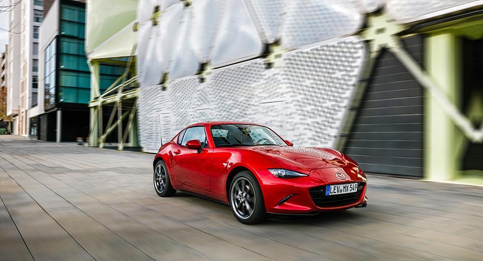 Det hårda taket ger Mazda MX-5 RF en riktigt elegant coupéprofil. Konstruktionen väger bara 45 kg.