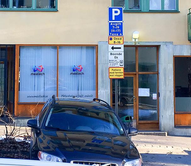 Frågeställaren undrar om man måste följa instruktionen om att parkera med fronten mot husfasaden.