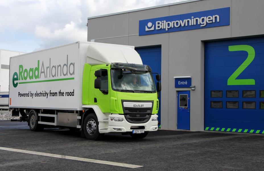 Världens största bilbanebil? Den konverterade lastbilen från DAF plockar upp energin från ett spår i vägbanan.