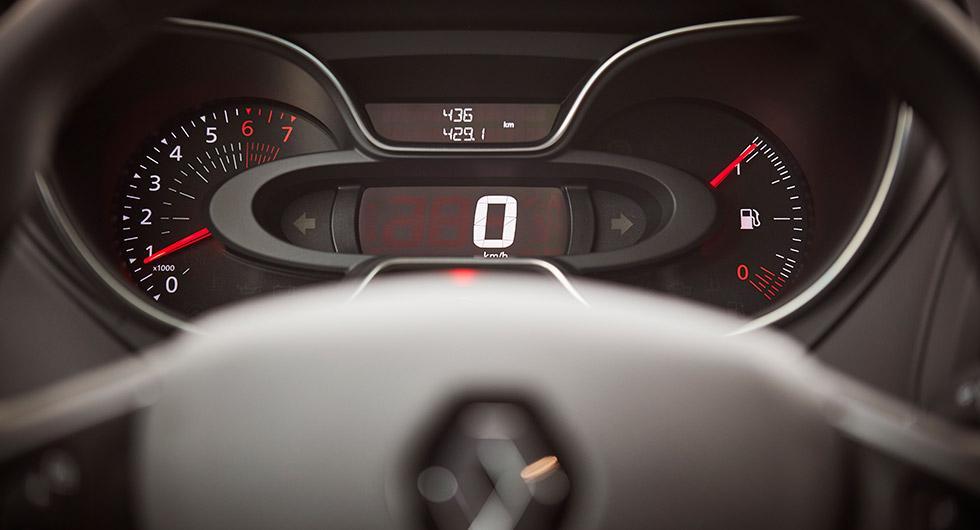 Enkel instrumentering med tydlig digital hastighetsmätare.