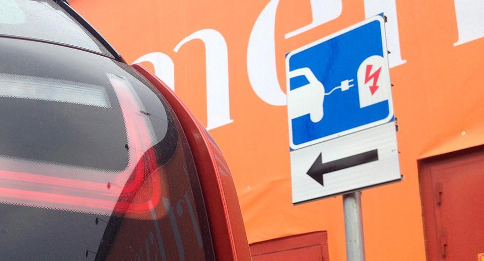 Bättre skyltning till laddplatser. Två Intresseorganisationer för elbilar, som tycker att de diskrimineras gentemot andra bilägare.