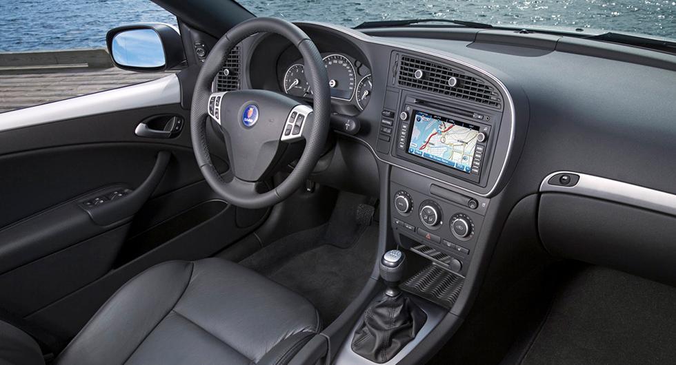 Frågeställaren har en Saab 9-3 från 2008 och vill kunna uppdatera kartan i navigatorn.