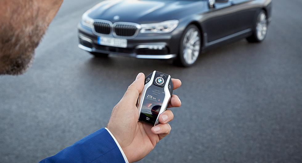 BMW överväger möjligheten att ta bort traditionella bilnycklar och istället låsa upp med en app i mobilen.