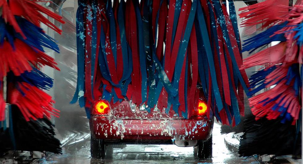 Däcket på frågeställarens bil skadades i en automattvätt, men mackägaren vill inte betala reparationskostnaderna. På bilden syns en annan tvätt än den som nämns.
