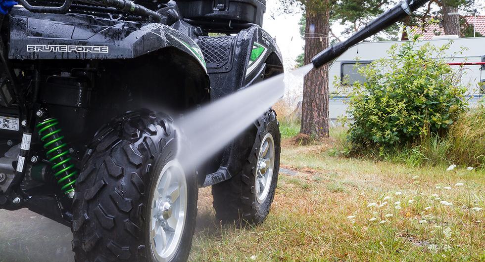 Effektiv så det förslår. En högtryckstvätt försvarar sin plats i varje garage.
