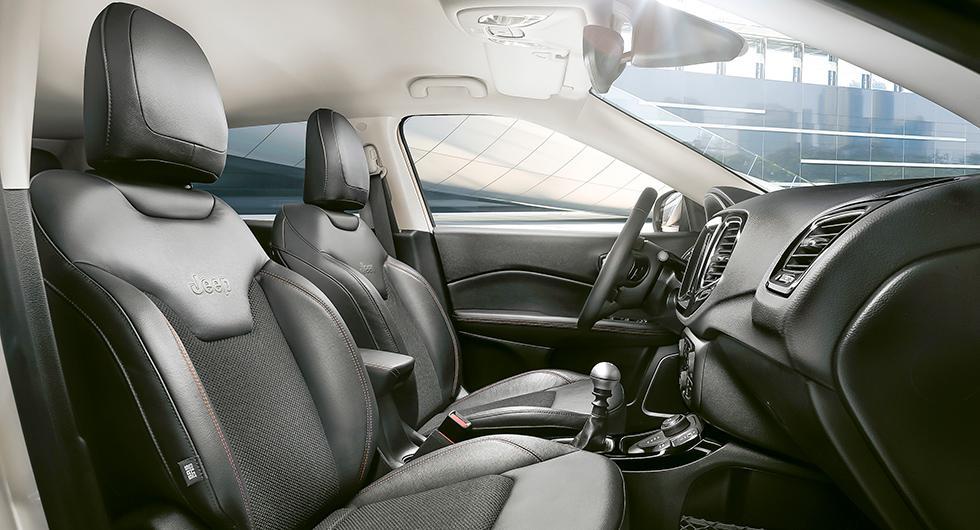 Framstolarna ger bekväm körställning och bra stöd vid körning i terräng.