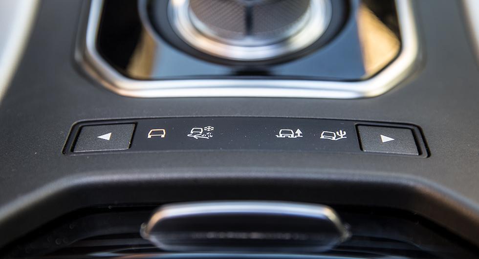 Även cabversionen går att få med Terrain Response som ger olika körprogram på fyrhjulsdriften beroende på underlag.
