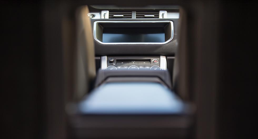 Skidlucka genom baksätet skvallrar om en annan målgrupp än för övriga cabrioleter på marknaden.