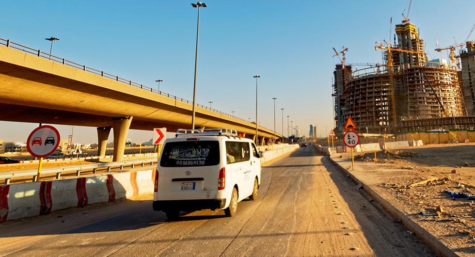 Från och med nästa år ska kvinnor i Saudiarabien tillåtas bakom ratten. Landet har varit det enda i världen som inte beviljat kvinnor att köra bil.