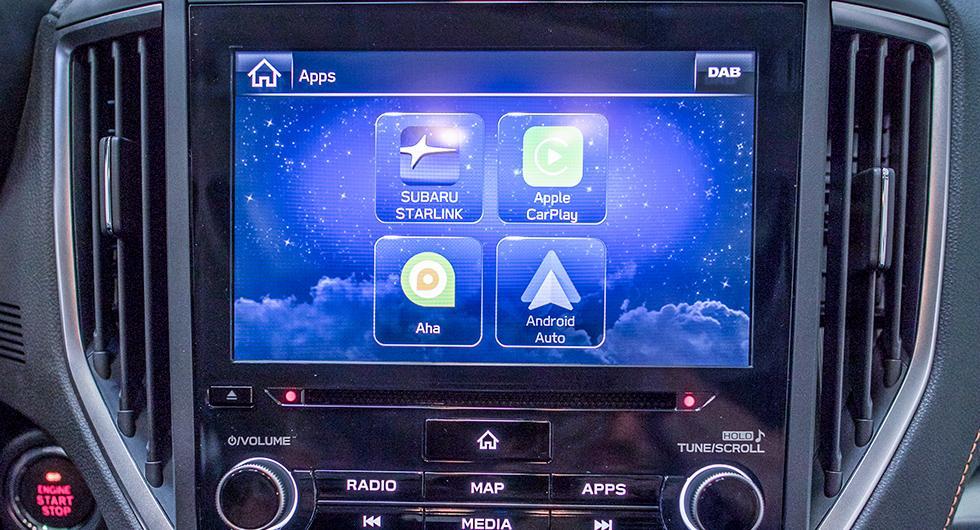 Det nya menysystemet med åtta tums pekskärm klarar även telefonspegling.