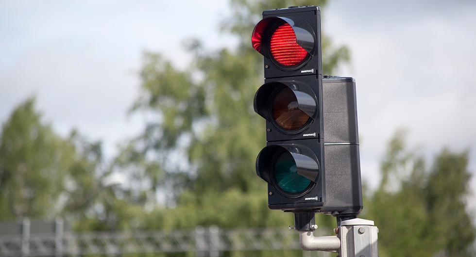 Konsumentorganisation för bilister har undersökt regelefterlevnaden vid trafikljus. Mest laglydiga trafikanter finns i Falköping. Men se upp för fotgängare och cyklister i Falun och akta dig för bilister i Hässleholm.