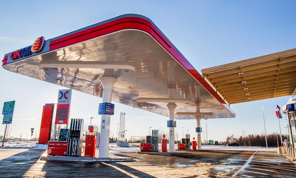 Frågeställaren undrar över hur framtidens bränsle kommer att vara sammansatt och hur mackarna kommer att se ut.