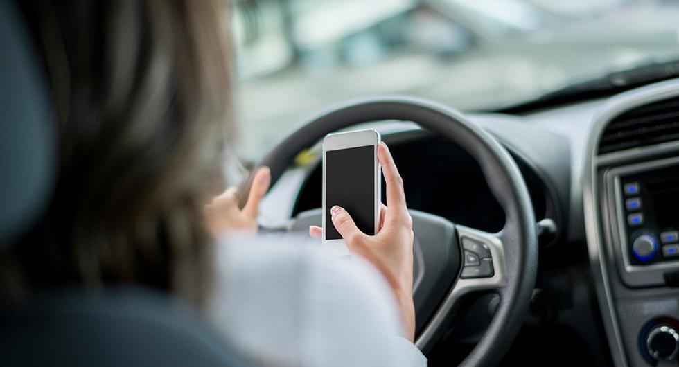 70 procent medger att de läser, skriver eller skickar sms samtidigt som de kör bil enligt en ny enkät från Bilprovningen.
