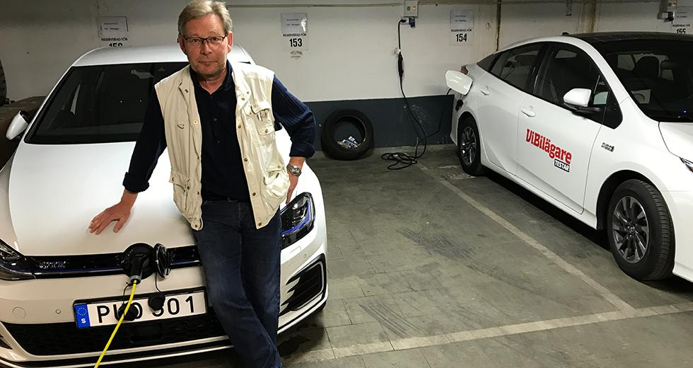 Två laddhybrider klara för start i testgaraget; VW Golf GTE och Toyota Prius. Saknas på bilden gör Hyundai Ioniq.
