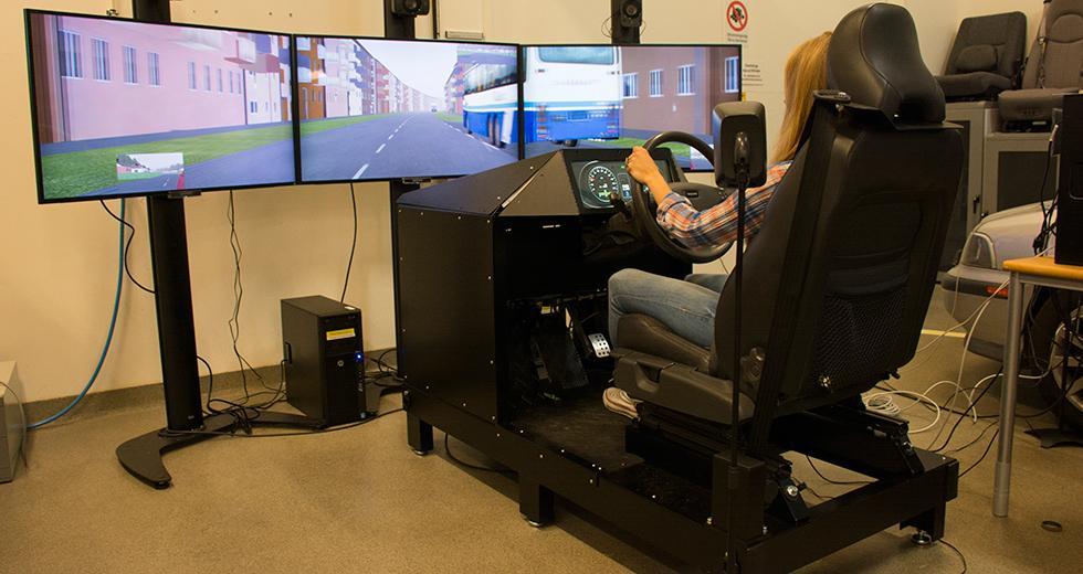 Så här kan det se ut när en bilsimulator används. Bilden visar en äldre simulator.
