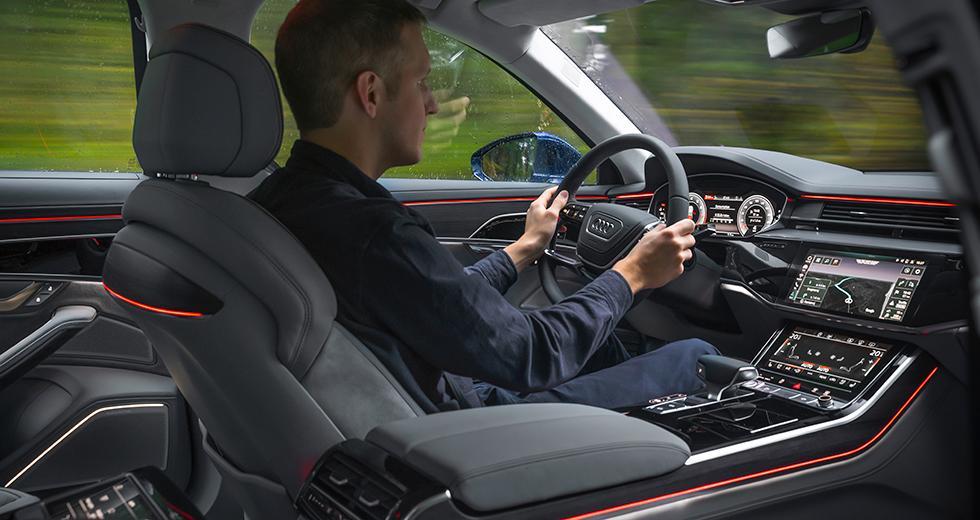 """Flott värre och ytterligare ett steg mot bilen utan riktiga knappar. De dubbla pekskärmarna styr det mesta medan de fysiska reglagen har fått stryka på foten. Grafiken är knivskarp och innehållet är omfattande. Nytt är att skärmarna ger ifrån sig en svag vibration som bekräftelse på """"knapptryck""""."""